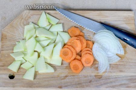 Цуккини (200 г), 1 небольшую морковь и 1 луковицу режем произвольно (но не слишком крупно).