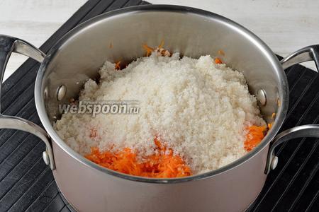 В кастрюле соединить натёртую тыкву (500 г), воду (100 мл), сахар (400 г). Перемешать.