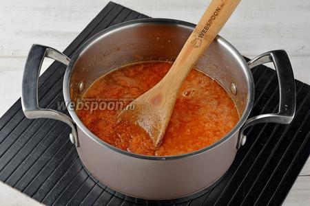 Довести до кипения и готовить на низком огне, помешивая, 30-35 минут до желаемой густоты.
