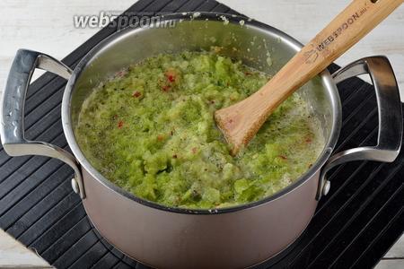 Пропустить все овощи через мясорубку.