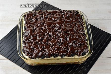 Выложить чернослив сверху на крем и залить его шоколадной глазурью. Отправить изделие в холодильник минимум на 5 часов, а лучше на ночь. При подаче нарезать пляцок небольшими квадратиками или ромбиками.