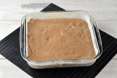 Форму (размером 20х20 сантиметров) смазать сливочным маслом (1 ст. л.) и присыпать мукой (1 ст. л.). Выложить тесто в форму.