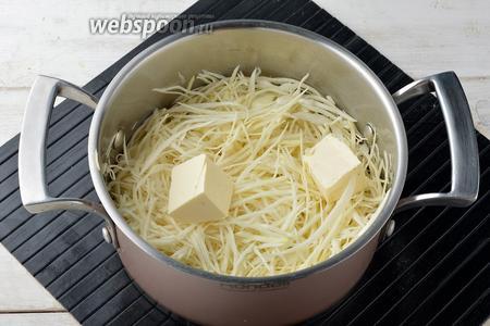 Добавить в кастрюлю сливочное масло (35 г). Довести до кипения и готовить 10-15 минут, помешивая, пока вы не доведёте капусту до желаемой мягкости. В конце вся вода должна испариться.