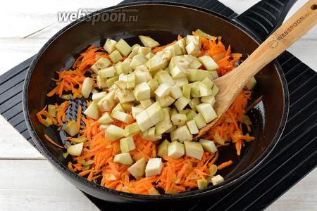 Добавить очищенный и нарезанный кубиками баклажан (150 г). Перемешать и готовить 3-4 минуты.