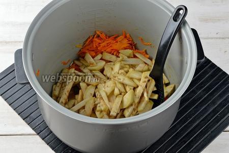 Добавить очищенные и нарезанные соломкой баклажаны (150 г). Перемешать и жарить 3-4 минуты.