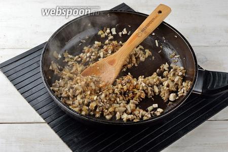 Добавить очищенные и мелко нарезанные шампиньоны (300 г). Готовить 4-5 минут до готовности шампиньонов.
