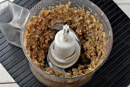 Измельчить до состояния мелкой крошки. Приправить солью (0,5 ч. л.) и чёрным молотым перцем (0,2 ч. л.).