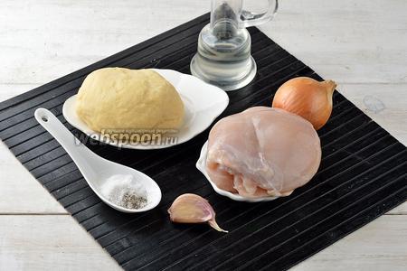 Для работы нам понадобится тесто для равиоли, куриное филе, лук, подсолнечное масло, чеснок, соль, чёрный молотый перец.