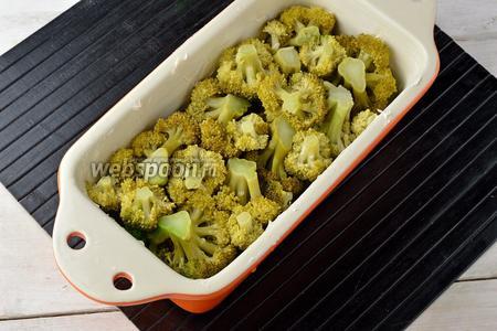 Форму смазать сливочным маслом (1 ст. л.). В форму плотно выложить соцветия брокколи.