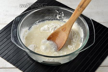 Добавить соль (0,3 ч. л.), сахар (1 ст. л.), ванильный сахар (15 г) и тёплую кипячёную воду (125 мл). Хорошо перемешать, чтобы не осталось комочков. Оставить тесто на 15-20 минут.