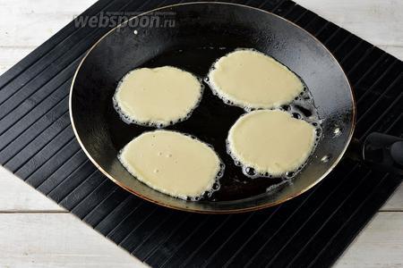 На разогретую сковороду с подсолнечным маслом (3 ст. л.) столовой ложкой выкладывать небольшие оладьи.