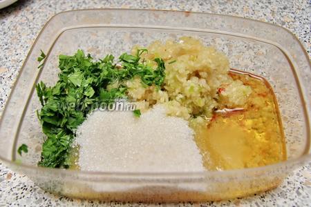 Отдельно перекрутить горький перец (6 штук), чеснок (700 г). Зелень (1 пучок петрушки и укропа) мелко порубить. Добавить соль (2 ст. л.), сахар (1 ст. л.), 1 стакан масла. Всё это отправить в кастрюлю после 1 часа кипения помидор.