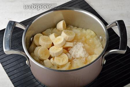 Добавить очищенный и нарезанный 1 банан, сахар (2 ст. л.). Перемешать и проварить под крышкой ещё 3-4 минуты.