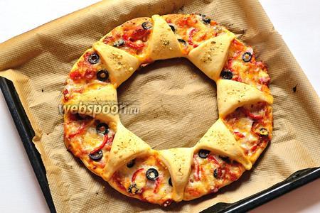 Пицца-кольцо готова. Подаём тёплой. Можно сбрызнуть ещё оливковым маслом. Вкусная и необычная по форме пицца готова. Но в следующий раз, тесто я раскатаю ещё тоньше:)), я люблю очень тонкое тесто в пицце. Но само тесто здесь очень удачное, вкусное, мягкое и в тоже время с хрустящей корочкой.
