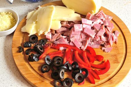 Нарезать ветчину (100 г), оливки (5 шт.) кружочками, перец (0,25 шт.) соломкой и 150 г сыра Моцарелла (в моём случае Сулугуни) ломтиками. Пармезан натереть (2 ст. л.).
