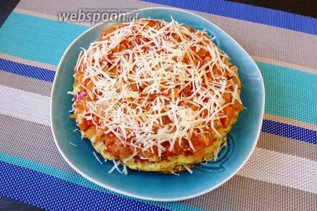Так прослаиваем все блинчики. Кабачковый торт с помидорами и сыром готов! При подаче украсим зеленью и черри.
