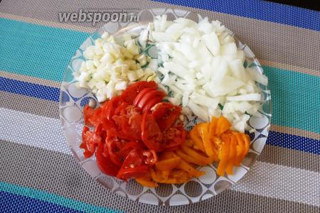 Пока кабачки солятся, подготовим всё для прослойки. Нарежем лук (1 шт.), сельдерей (2 стебля), помидоры (4 шт.).