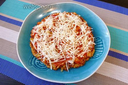 Теперь формируем тортик. На каждый кабачковый блинчик кладём помидорную начинку и посыпаем натёртым Пармезаном.