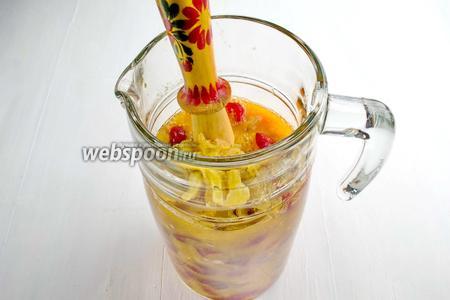 Добавить к подготовленным плодам изюм (100 г). Изюм подстрахует, если дикие дрожжи на ягодах не активизируются.