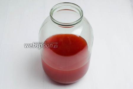 Весь полученный сок (1400 мл) перелить в бутыль или банку. Сахар добавлять частями. Первый раз добавить 100 грамм сахара на 1 литр сока (в моём случае 140 г сахара), перемешать. Ёмкость для брожения наполнять максимум на 3/4 объёма, чтобы осталось место для углекислого газа, следующих порций сахара и пены.