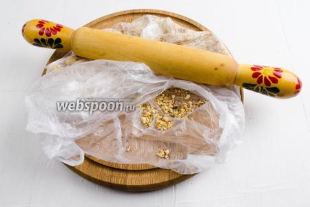Грецкие орехи (50 г) обжарить, очистить от шелухи, измельчить с помощью скалки.