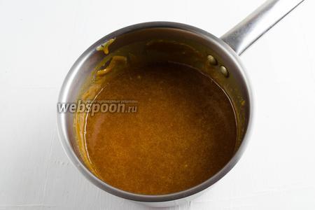 Приготовить солёную карамель согласно рецепту. Необходимо взять сахар (180 г ), масло сливочное (80 г), воду (80 мл), соль (0,5 ч. л)