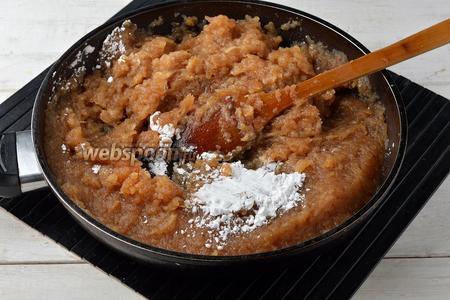Яблочная масса за это время у нас остыла, поэтому мы можем вмешать картофельный крахмал (1,5 ст. л.) и перемешать.