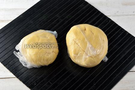 Разделить тесто на 2 куска (60% и 40%). Завернуть каждый кусок в пищевую плёнку. Отправить в морозильную камеру минимум на 30 минут.