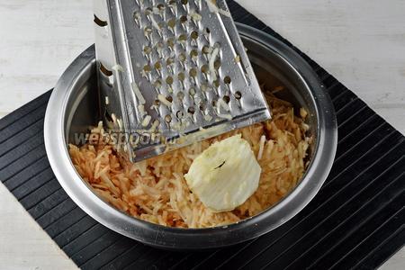 Яблоки (1500 г) очистить от кожуры, удалить сердцевину. Натереть на тёрке с крупными отверстиями. Чистый вес яблок должен составлять приблизительно 1200-1300 г. Яблоки лучше выбирать кисло-сладкие.