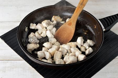 Филе (350 г) нарезать средними кусочками и обжарить на подсолнечном масле (2 ст. л.) 5-6 минут.