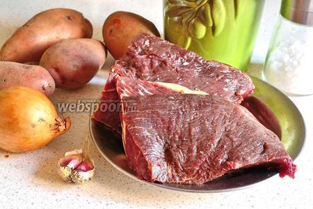 Для приготовления жаркого из конины понадобится мякоть конины, картофель, лук (1 крупная или 2 небольшие), чеснок, масло растительное, соль, перец, лавровый лист и кипяток.