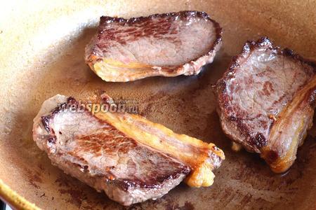 В сковороде раскалить масло подсолнечное (2 ст. л.) и обжарить на сильном огне все куски мяса с каждой стороны, примерно по 1 минуте.