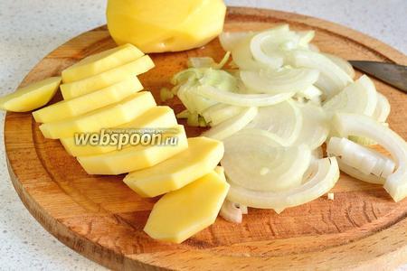 Лук (1 крупную или 2 небольшие луковицы) нарезать кольцами или полукольцами. Картофель очистить и нарезать толстыми кружками.