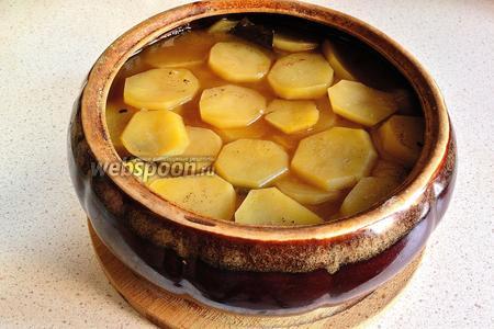Примерно через 1,5 часа жаркое из конины готово. Подача — в центр тарелки мясо, на него лук, по краям картофель. Полить всё получившимся ароматным бульоном.