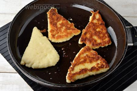 Обжарить сконы на масле (80 мл) на медленном огне, с двух сторон до румяной корочки.