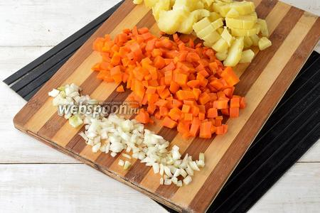 Морковь (120 г) и картофель (150 г) отварить в кожуре до готовности. Охладить. Очистить картофель, морковь и лук (100 г). Нарезать овощи кубиками.
