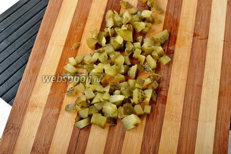 Солёные огурцы (120 г) нарезать кубиками.