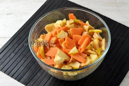 Айву (500 г) и яблоки (250 г) вымыть, обсушить. Очистить фрукты от семенной коробки, нарезать небольшими кусочками.