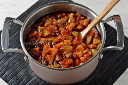 После трёхразовой варки кусочки фруктов станут прозрачными, янтарного цвета, очень вкусными. Варенье из яблок и айвы готово. Кипящее варенье можно сразу расфасовать по стерилизованным банкам и закатать. А можно холодным расфасовать в банки, закрыть капроновыми крышками и хранить в холодильнике.