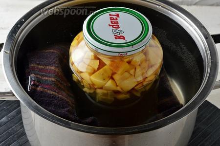 Поместить банку в кастрюлю с кипящей водой, прикрыть банку и кастрюлю сверху крышкой (на дно кастрюли не забудьте выложить полотенце). Довести воду до кипения. Убавить огонь и стерилизовать компот 35 минут.
