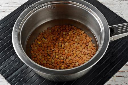 Чечевицу (80 г) промыть, залить кипятком (2,5 стакана). Довести до кипения и готовить под крышкой на низком огне почти до готовности (приблизительно 18-20 минут).