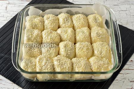 Смазать пирожки сверху 1 яйцом, посыпать кунжутом (3 ст. л.).