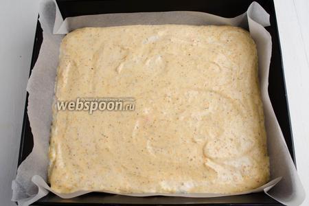 Подготовить противень (размер 23х21 см). На дно и бока распределить пергаментную бумагу. Вылить тесто, аккуратно распределив его по всей поверхности противня. Поставить противень в горячую духовку. Выпекать бисквит при температуре 180°C в течение 40 минут, до лёгкой румяности теста.