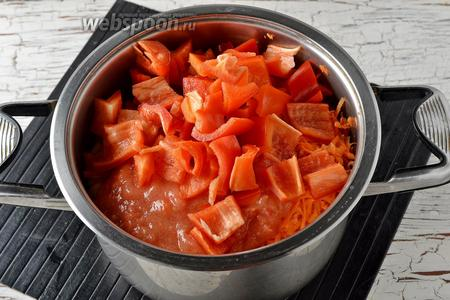 В толстостенной кастрюле соединить перец, морковь, лук, помидоры, фасоль, соль, сахар, подсолнечное масло (0,5 стакана).