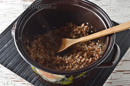 Гречневую крупу (100 г) промыть и отварить до готовности в рассыпчатую гречневую кашу. Охладить.