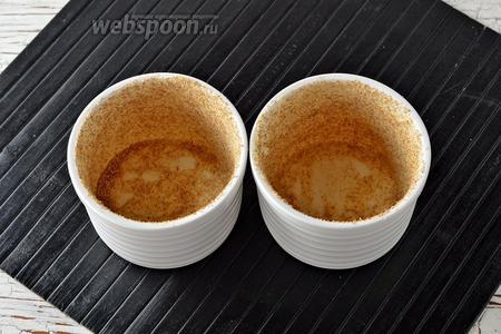 Небольшие формочки смазать сливочным маслом (1 ст. л.) и обсыпать панировочными сухарями (3 ст. л.).