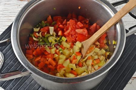 Добавить очищенный от семян и нарезанный кубиками перец (120 г), очищенный и нарезанный кубиками кабачок (300 г), очищенные от кожицы и нарезанные дольками помидоры (150 г), нарезанный небольшими кусочками черешковый сельдерей (60 г). Добавить ещё 2 ст. л. оливкового масла и обжаривать овощи 15-17 минут.
