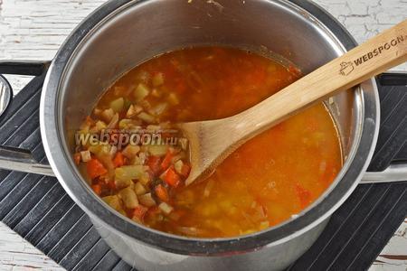 Залить холодным овощным бульоном (1,5 литра, для того, чтобы овощи не потеряли свои яркие краски) и довести до кипения. Дальше добавить очищенный и нарезанный небольшими кубиками картофель (120 г), соль (2 ч. л.) и готовить на медленном огне 15-20 минут (до готовности картофеля).