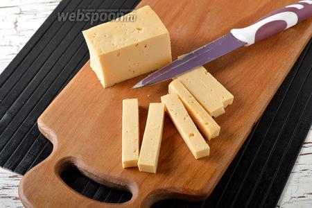 150 г сыра нарезать брусочками размером 0,7х0,7 см на срезе и длиной 8-10 сантиметров.