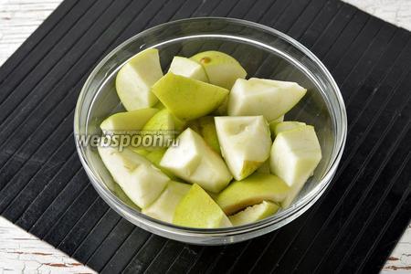 Яблоки (1 кг) помыть, удалить сердцевину. Нарезать яблоки достаточно большими кусками.